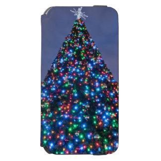 Opinión de ángulo bajo en el árbol de navidad funda billetera para iPhone 6 watson