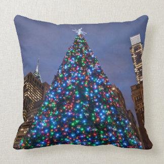 Opinión de ángulo bajo en el árbol de navidad ilum cojin
