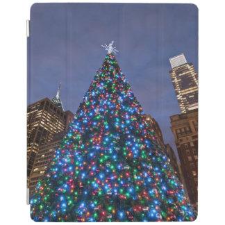 Opinión de ángulo bajo en el árbol de navidad ilum cover de iPad