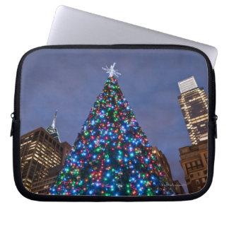 Opinión de ángulo bajo en el árbol de navidad ilum funda ordendadores