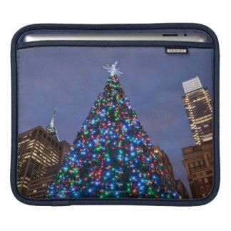 Opinión de ángulo bajo en el árbol de navidad ilum funda para iPads