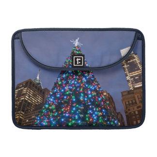 Opinión de ángulo bajo en el árbol de navidad ilum funda para macbook pro