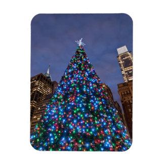 Opinión de ángulo bajo en el árbol de navidad ilum imán