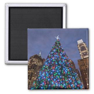 Opinión de ángulo bajo en el árbol de navidad ilum imán cuadrado