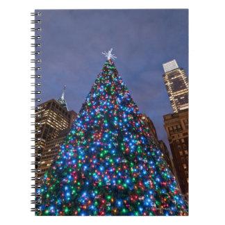 Opinión de ángulo bajo en el árbol de navidad ilum libro de apuntes