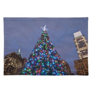 Opinión de ángulo bajo en el árbol de navidad ilum manteles