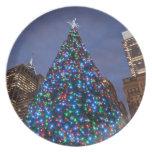 Opinión de ángulo bajo en el árbol de navidad ilum plato de cena
