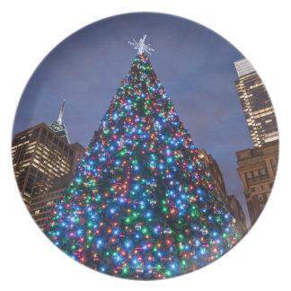 Opinión de ángulo bajo en el árbol de navidad ilum platos de comidas