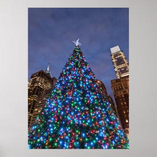 Opinión de ángulo bajo en el árbol de navidad ilum póster