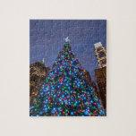 Opinión de ángulo bajo en el árbol de navidad ilum rompecabeza