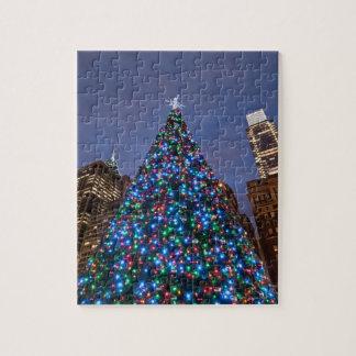 Opinión de ángulo bajo en el árbol de navidad ilum puzzle