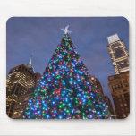 Opinión de ángulo bajo en el árbol de navidad ilum alfombrilla de ratón