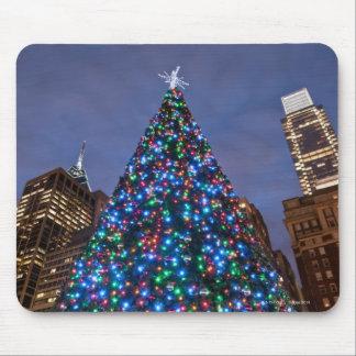 Opinión de ángulo bajo en el árbol de navidad ilum tapetes de ratón