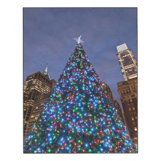 Opinión de ángulo bajo en el árbol de navidad impresión en madera