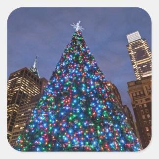 Opinión de ángulo bajo en el árbol de navidad pegatina cuadrada