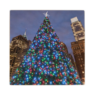 Opinión de ángulo bajo en el árbol de navidad posavasos de arce
