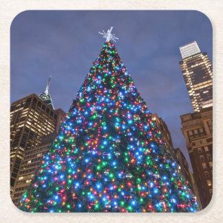 Opinión de ángulo bajo en el árbol de navidad posavasos personalizable cuadrado
