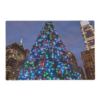 Opinión de ángulo bajo en el árbol de navidad salvamanteles