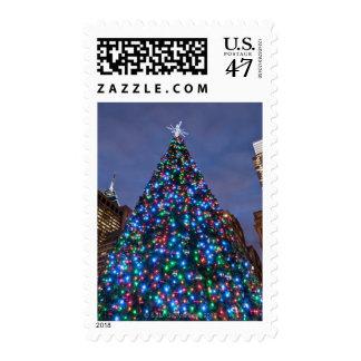 Opinión de ángulo bajo en el árbol de navidad sellos