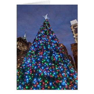 Opinión de ángulo bajo en el árbol de navidad tarjeta de felicitación
