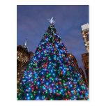 Opinión de ángulo bajo en el árbol de navidad postal