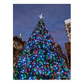 Opinión de ángulo bajo en el árbol de navidad tarjetas postales