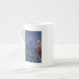 Opinión de ángulo bajo en el árbol de navidad taza de porcelana