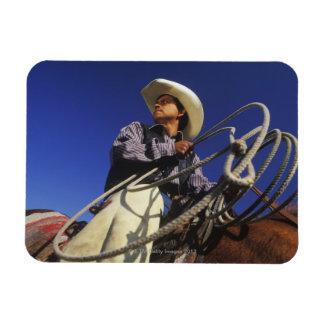 Opinión de ángulo bajo un vaquero que monta un cab imanes flexibles