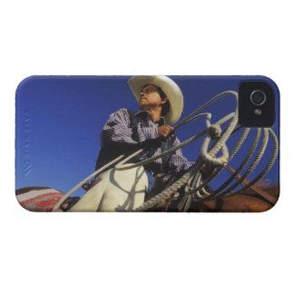 Opinión de ángulo bajo un vaquero que monta un iPhone 4 Case-Mate cárcasa
