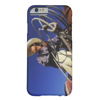 Opinión de ángulo bajo un vaquero que monta un funda de iPhone 6 barely there