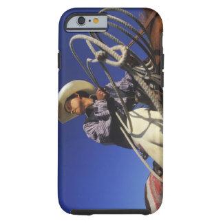 Opinión de ángulo bajo un vaquero que monta un funda de iPhone 6 tough