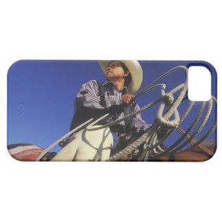 Opinión de ángulo bajo un vaquero que monta un iPhone 5 funda