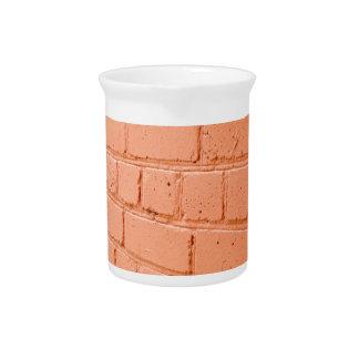 Opinión de ángulo de una pared de ladrillo con una jarra de beber