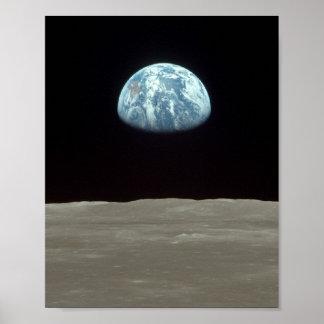 Opinión de Apolo 11 de la tierra que sube sobre la Póster