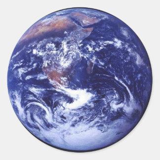 Opinión de Apolo 17 de la tierra en espacio Etiqueta Redonda
