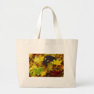 Opinión de arriba sobre las hojas de otoño caidas bolsa tela grande