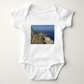 Opinión de Capri de la isla con Faraglioni en la Poleras