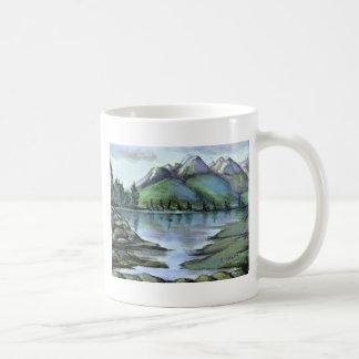 Opinión de la montaña y del lago taza