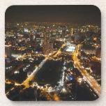 Opinión de la noche de la ciudad posavasos de bebida