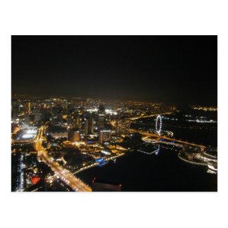 Opinión de la noche de la ciudad tarjeta postal
