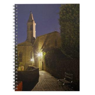 Opinión de la noche de la iglesia en la oscuridad, libreta
