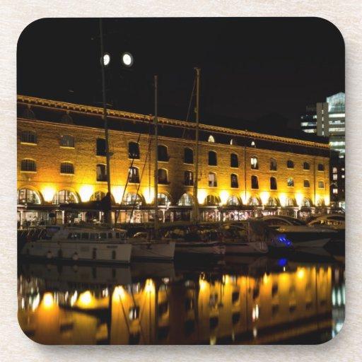 Opinión de la noche de Londres del muelle del St K Posavasos