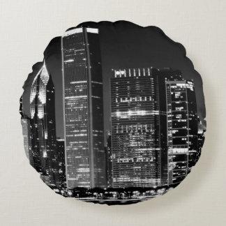 Opinión de la noche del paisaje urbano famoso de cojín redondo
