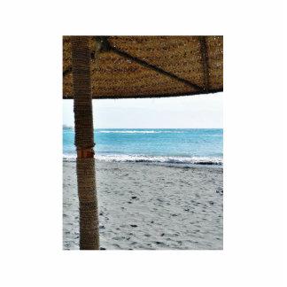 Opinión de la playa debajo del parasol esculturas fotográficas