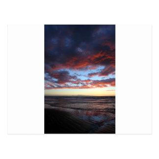 Opinión de la puesta del sol de la isla lejana de tarjeta postal