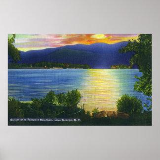 Opinión de la puesta del sol de la montaña de la p póster