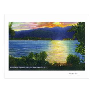 Opinión de la puesta del sol de la montaña de la tarjetas postales