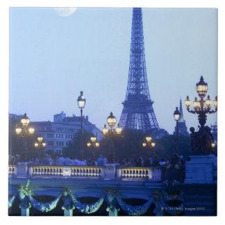 Opinión de la tarde de la torre Eiffel en la salid Azulejo Cuadrado Grande