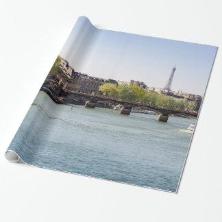 Opinión de la torre Eiffel del Sena del río en Papel De Regalo