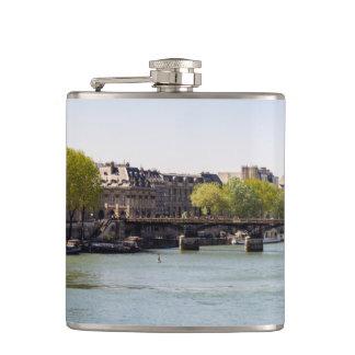 Opinión de la torre Eiffel del Sena del río en Petaca